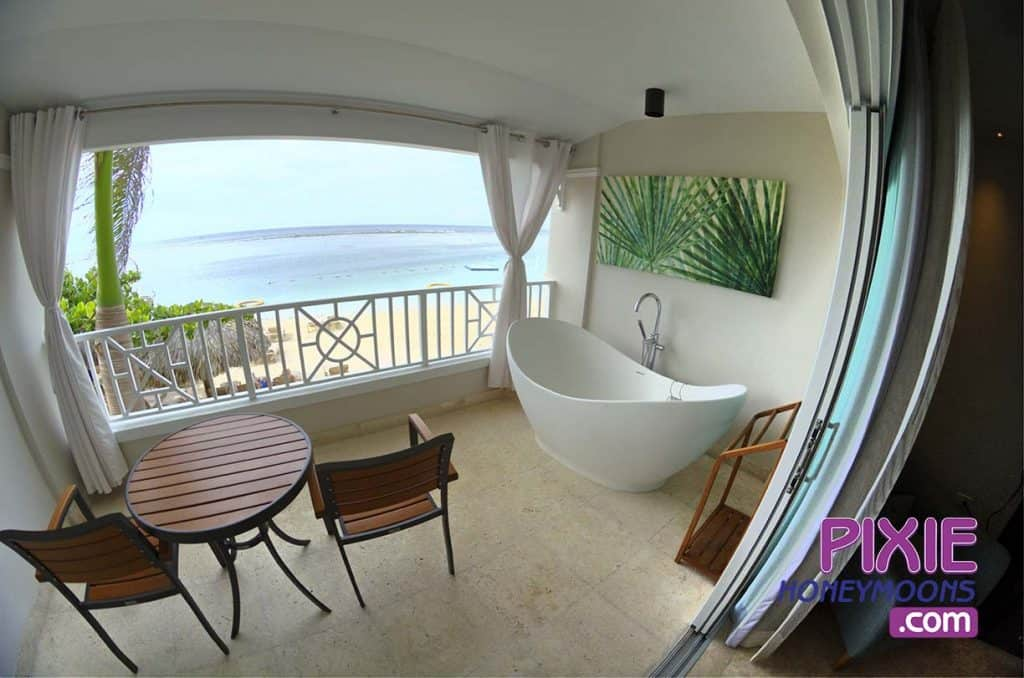sandals-royal-caribbean-windor-soaking-tub-beach-view-web